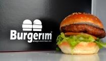 مطعم برجريم في يركا يقدم الهمبرجر الذي حاز على المرتبة الاولى في البلاد