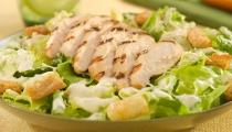 سلطة السيزر بالدجاج الشهية والمتكاملة غذائيا