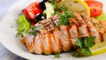 سلمون محمر مع الخضروات المشوية وزيت الريحان